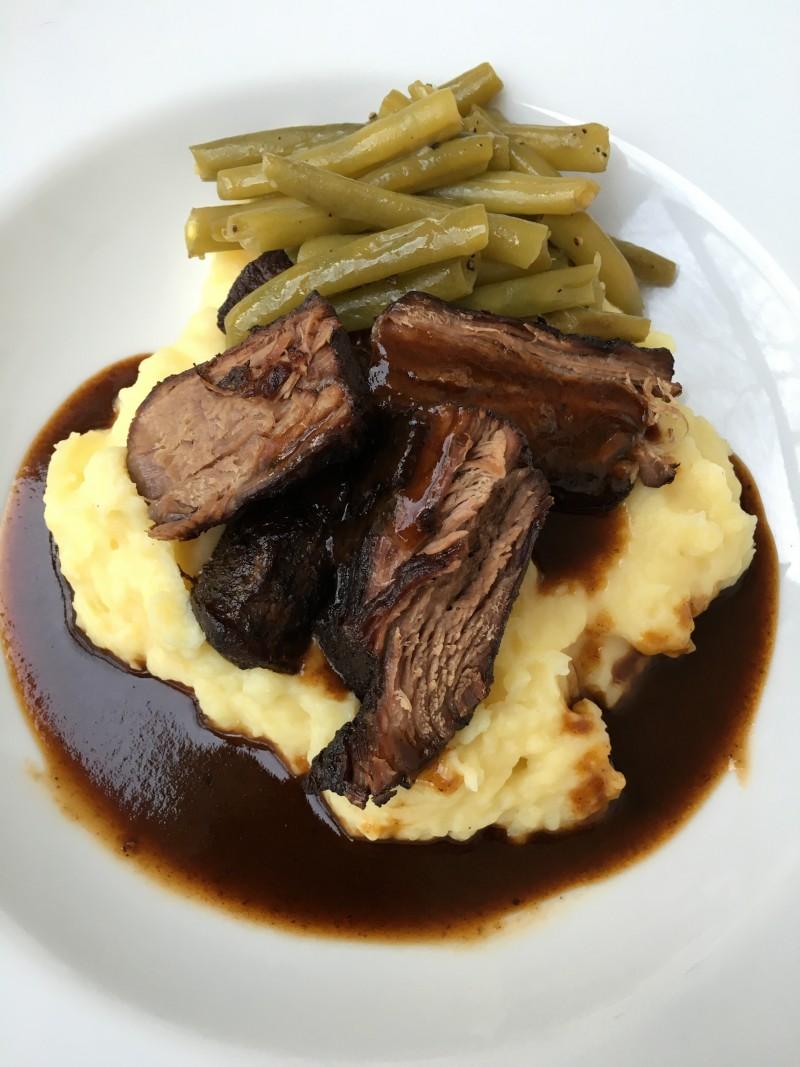 Rinderbäckchen, Kartoffel-Sellerie-Püree, Bohnen, Rotweinjus