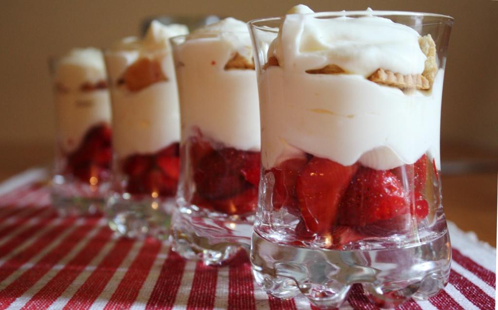 Erdbeeren auf Frischkäsejoghurtcreme
