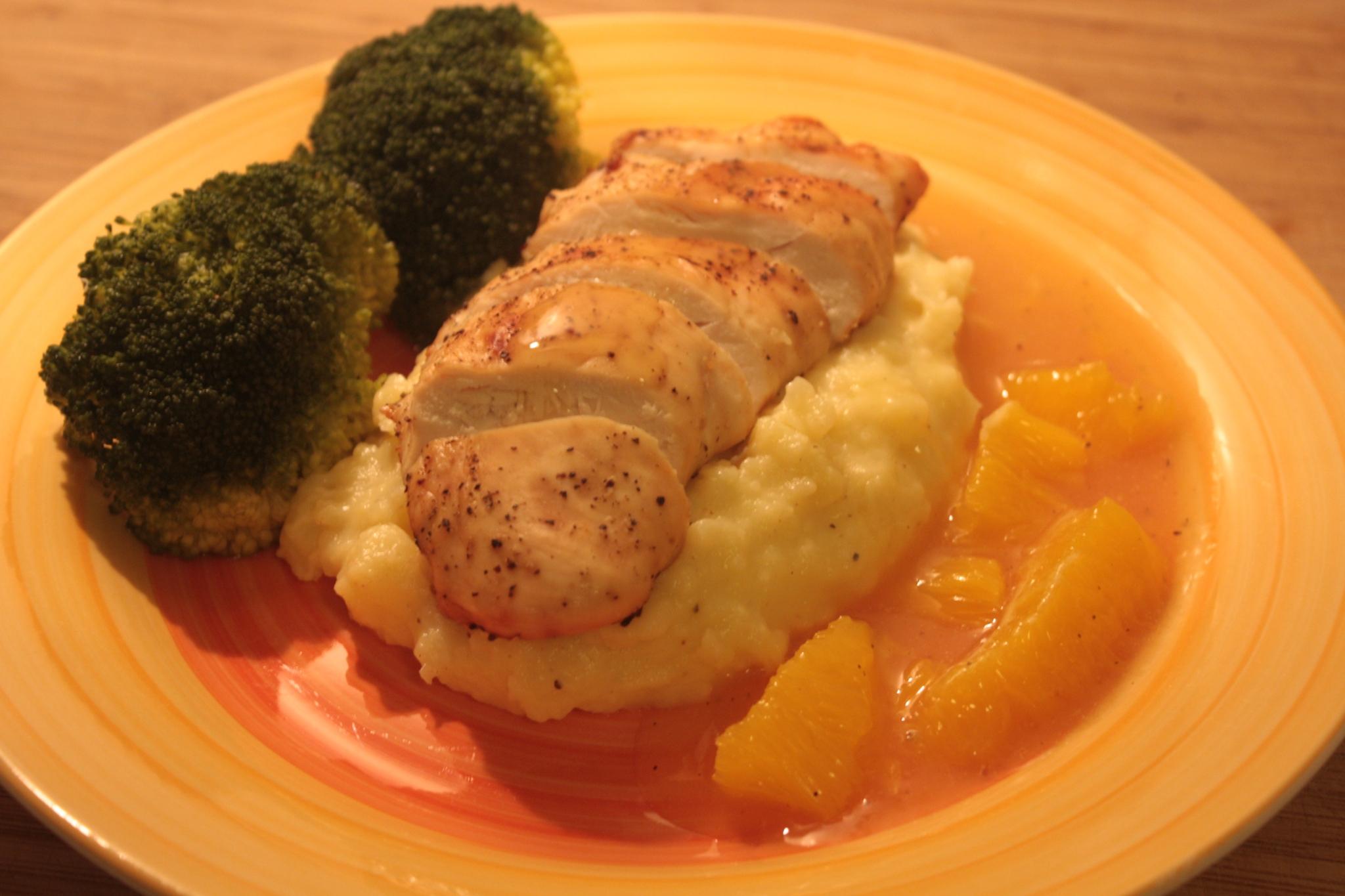 Hähnchenbrust mit Sauce à l`orange und Brokkoli an Kartoffelstampf