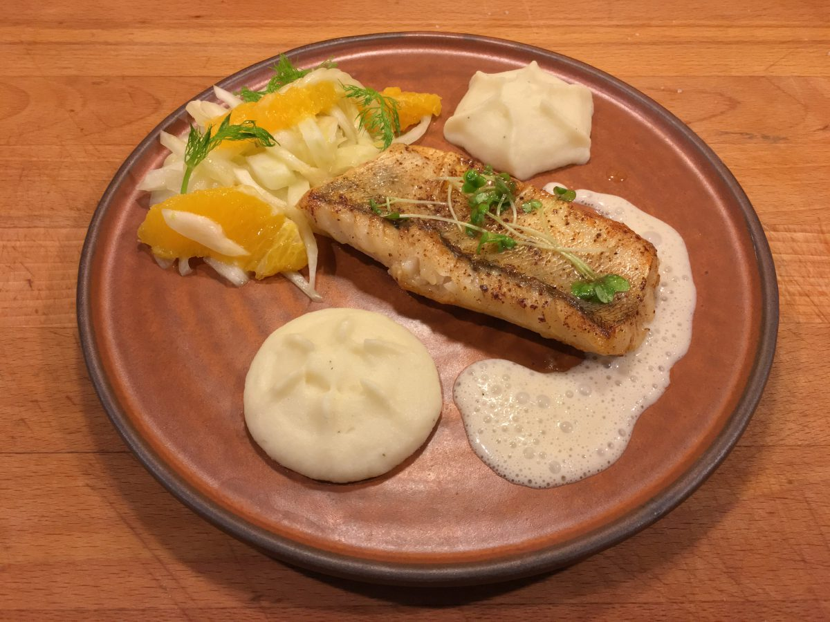 In Butter confierter Zander, Sellermouse, Rieslingschaum und Orangen-Fenchelsalat