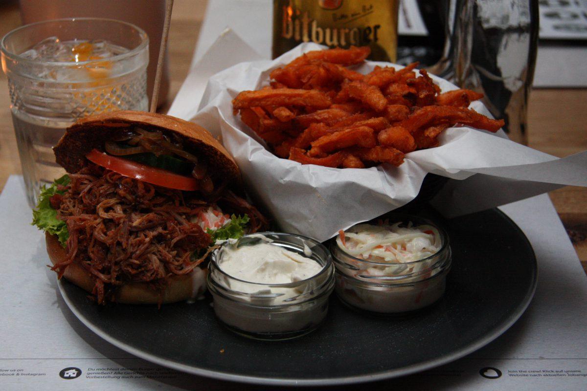 Pulled Pork Burger mit Suesskartoffelpommes