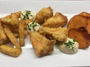 Kohlrabi-Pommes, Lachs im Bierteig, Miso-Mayo und Süßkartoffelchip