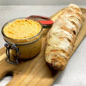 Französisches Baguette mit Tomatenbutter