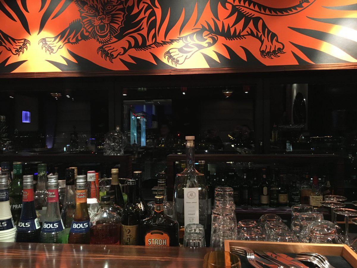 Blick über die Bar des Falco über den nächtlichen Himmer der Stadt Leipzig