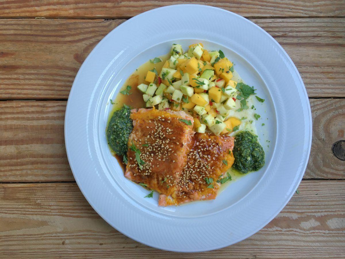 Rezept: Honigglasierter Lachs auf Mango-Zucchini-Salat