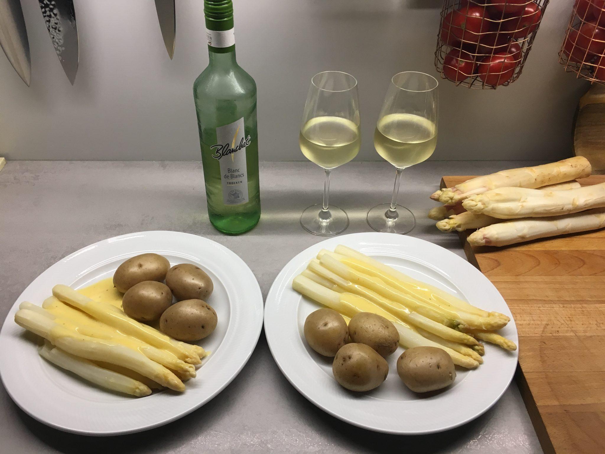 Spargel, Kartoffeln und Sauce Hollandaise und dazu ein Glas Blanchet