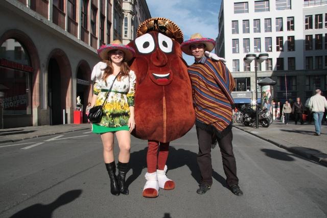 Das Promoteam verteil Flyer fürs Taco Taco in Leipzig