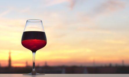 Weinglas vor Abendhimmel